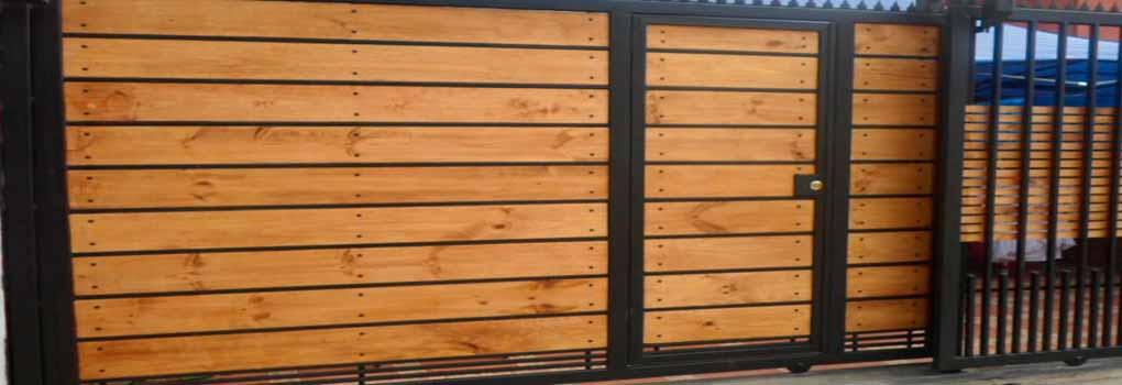 Portón de madera tipo cerco
