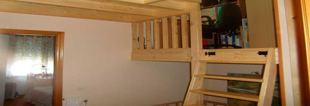 Altillo de madera en una habitación
