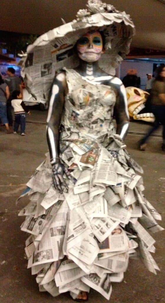 Como-Hacer-un-Disfraz-de-Catrina-con-Material-Reciclable