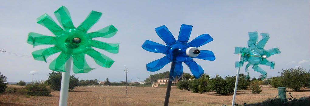 Molino de viento con botellas